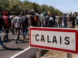 Migrants-walk-to-Calais