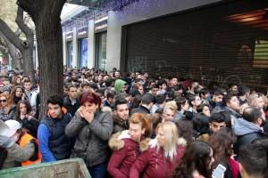 """Καταναλωτές έχουν σχηματίσει ουρά το πρωί έξω από γνωστό πολυκατάστημα στην Θεσσαλονίκη, περιμένοντας ν'ανοίξει για να προμηθευτούν προϊόντα σε δελεαστικές τιμές, με αφορμή την """"Μαύρη Παρασκευή"""" ή """"Black Friday"""", την Παρασκευή 25 Νοεμβρίου 2016. Η """"Black Friday"""" θεσπίστηκε στις ΗΠΑ και εορτάζεται σε αρκετές χώρες, την τέταρτη Παρασκευή του Νοεμβρίου και είναι μια ημέρα όπου τα καταστήματα πραγματοποιούν πολύ μεγάλες εκπτώσεις έως 80%. ΑΠΕ ΜΠΕ/PIXEL/ΣΩΤΗΡΗΣ ΜΠΑΡΜΠΑΡΟΥΣΗΣ"""